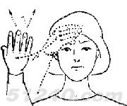 一手先按于前额,面作痛苦表情,然后手移至头边,五指微曲,指尖向上图片